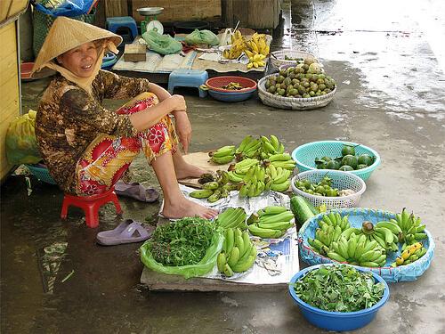 Vietnam, lokale markt op straat in Hanoi