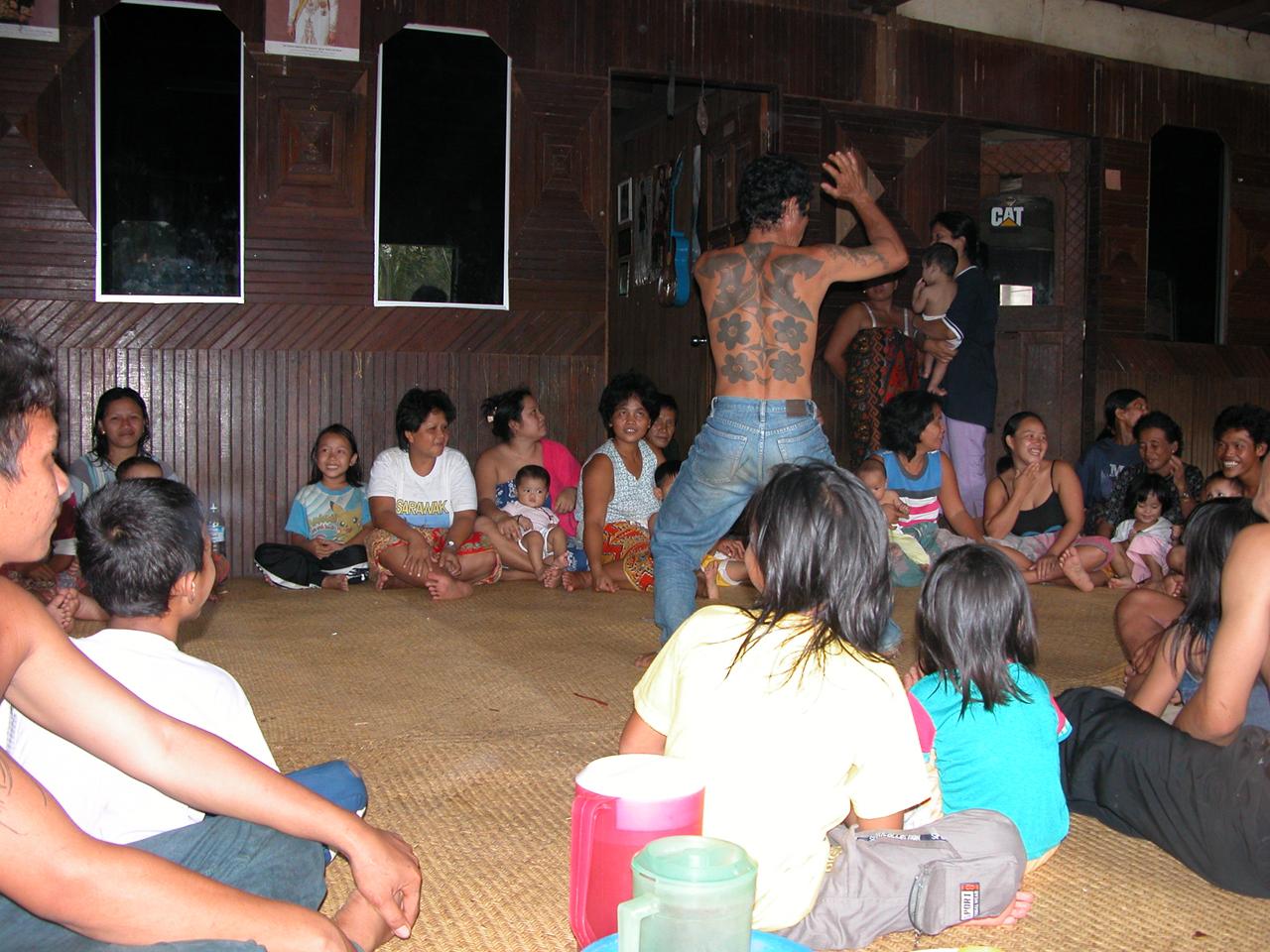 Maleisië, bezoek aan longhouse van de Ibans in het regenwoud - Sarawak