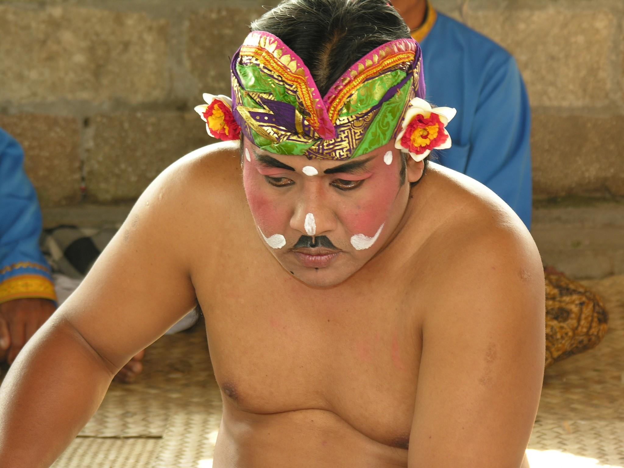 Indonesië, voorbereiding voor de Barong dans op Bali