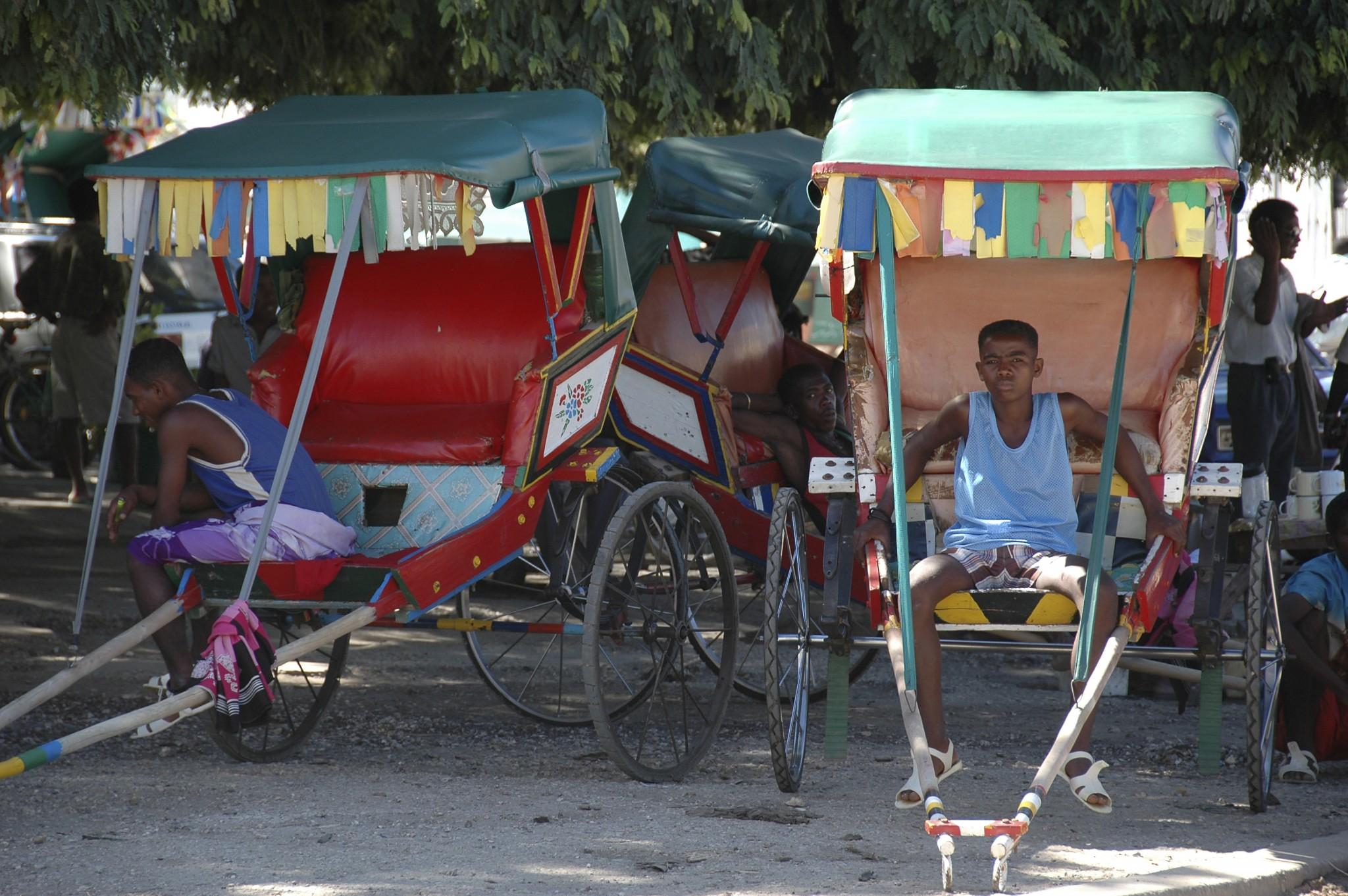 Madagascar, pousse-pousse is een veelgebruikt vervoermiddel in de steden.