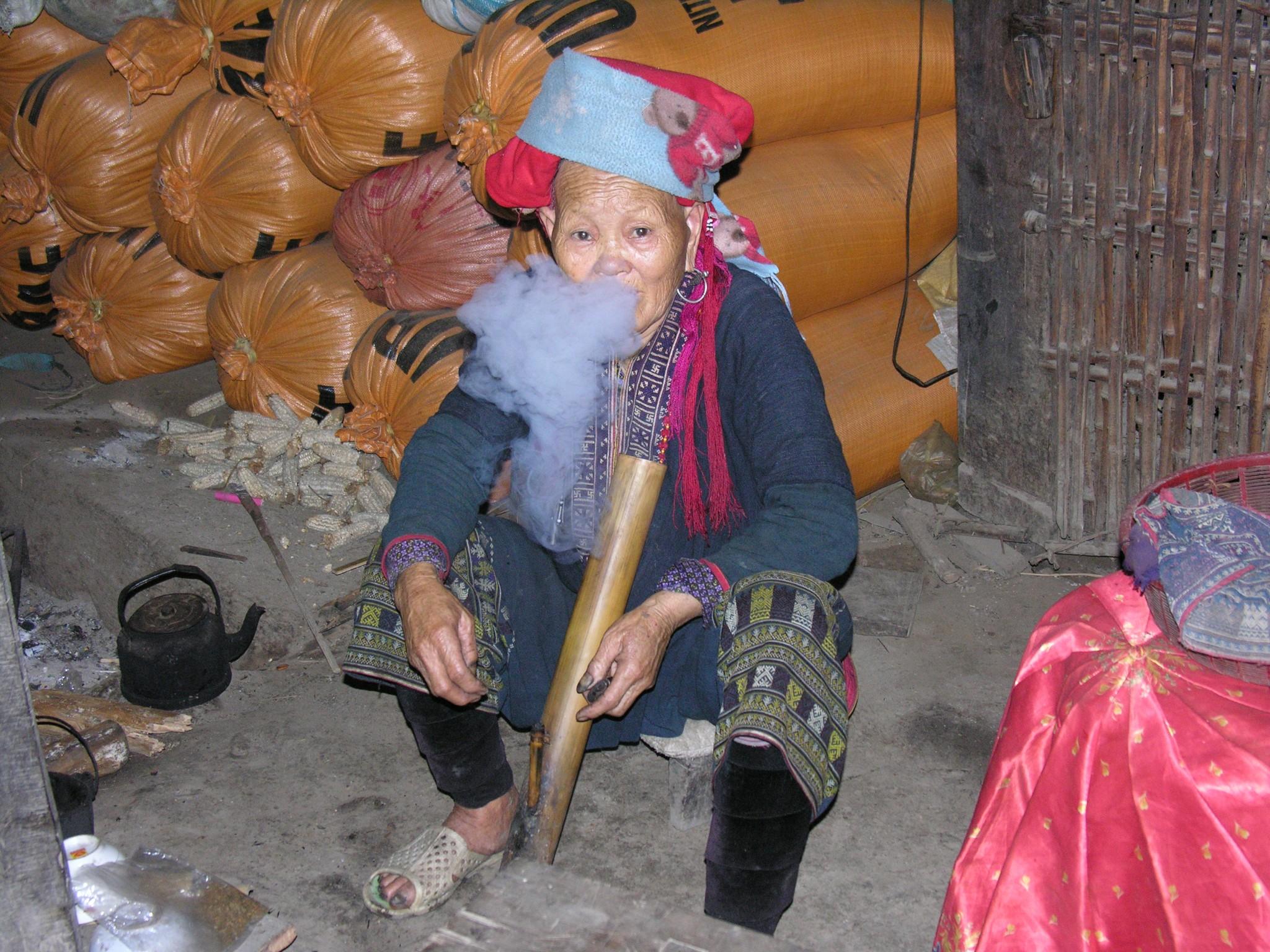 Vietnam, Red Hmong aan het roken in Sapa
